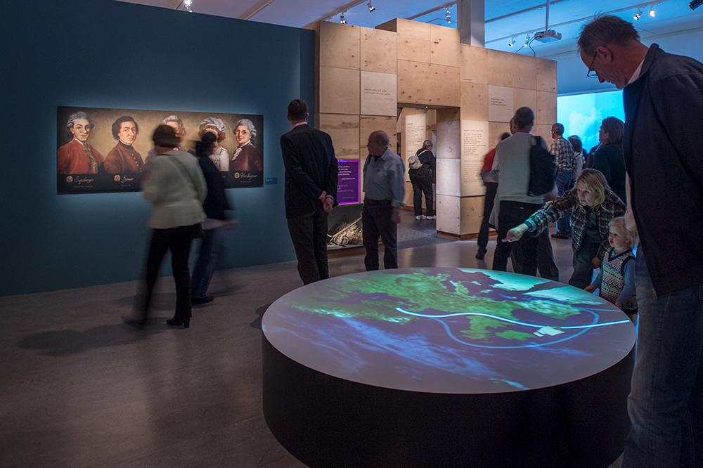 Besökare i utställningen Resenärerna.
