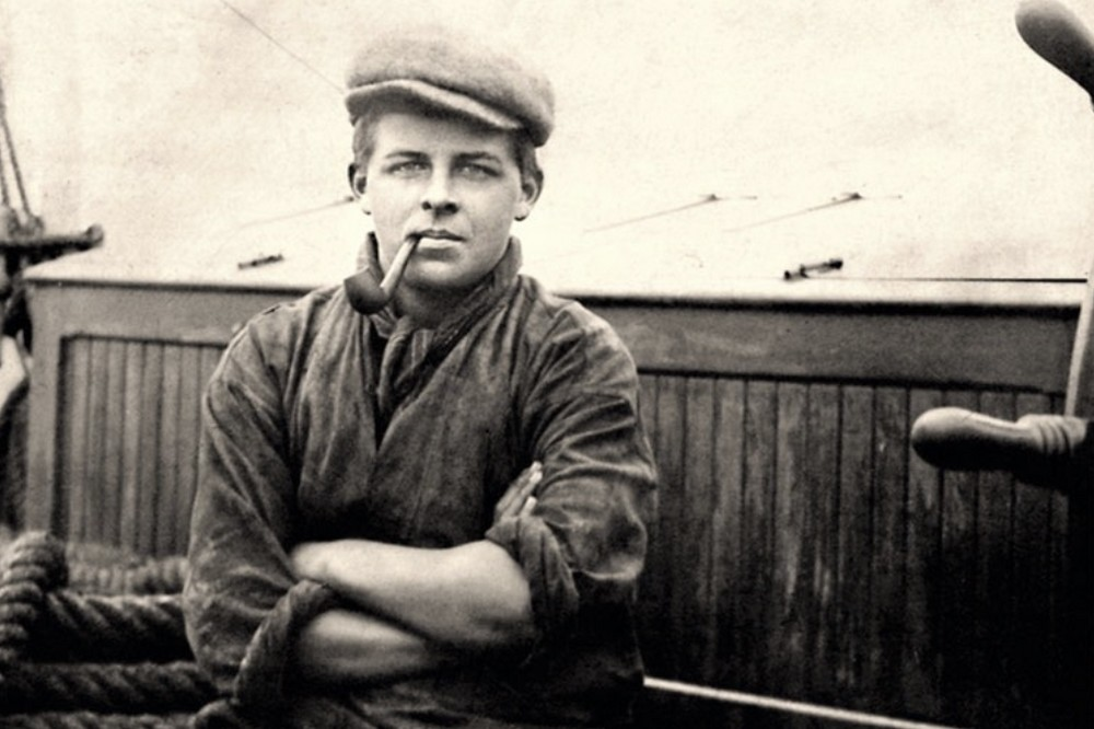 Fotografi av en ung Ewert Taube ombord på ett fartyg.