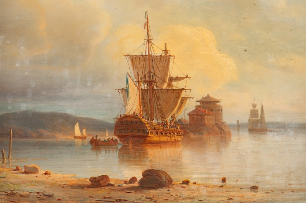 Oljemålning av en ostindiefarare som ligger förtöjd utanför Dalarö skans i solnedgången