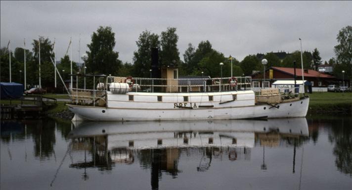 Fartyget Freja af Fryken på spegelblankt vatten.