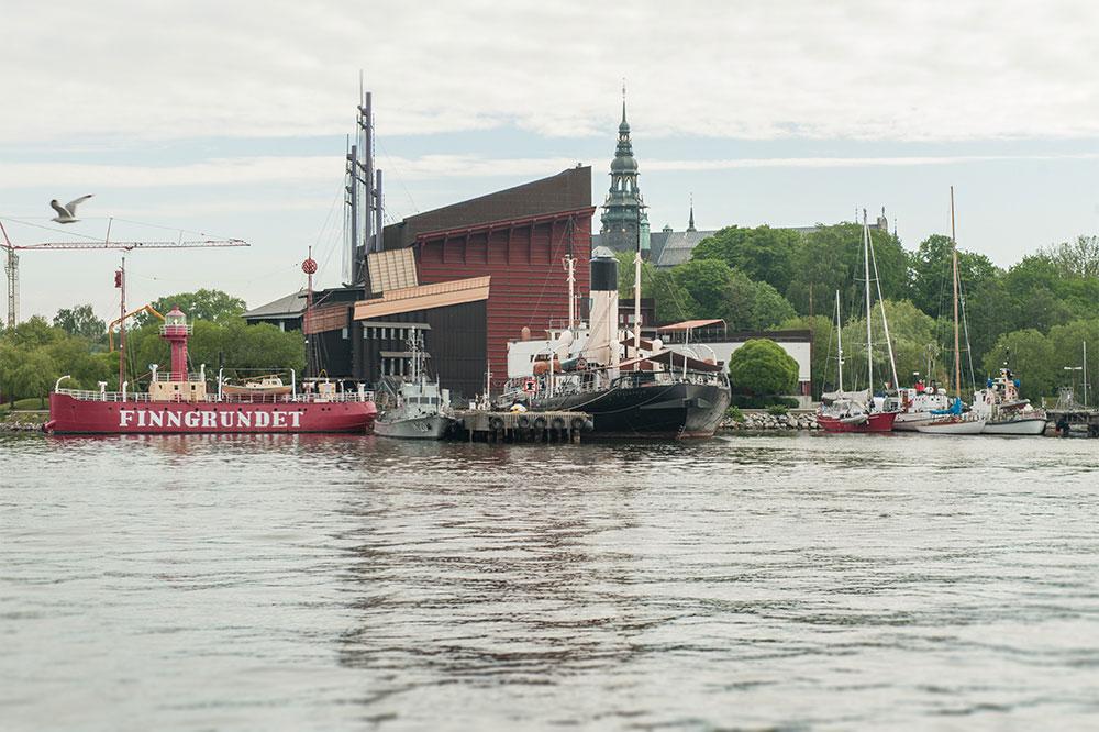 Galärvarvet från vattnet. Vasamuseet med museifartygspiren framför. Vid piren ligger Isbrytaren Sankt Erik, fyrskeppet Finngrundet och M20. Till höger vid kajen ett antal andra segelskutor.