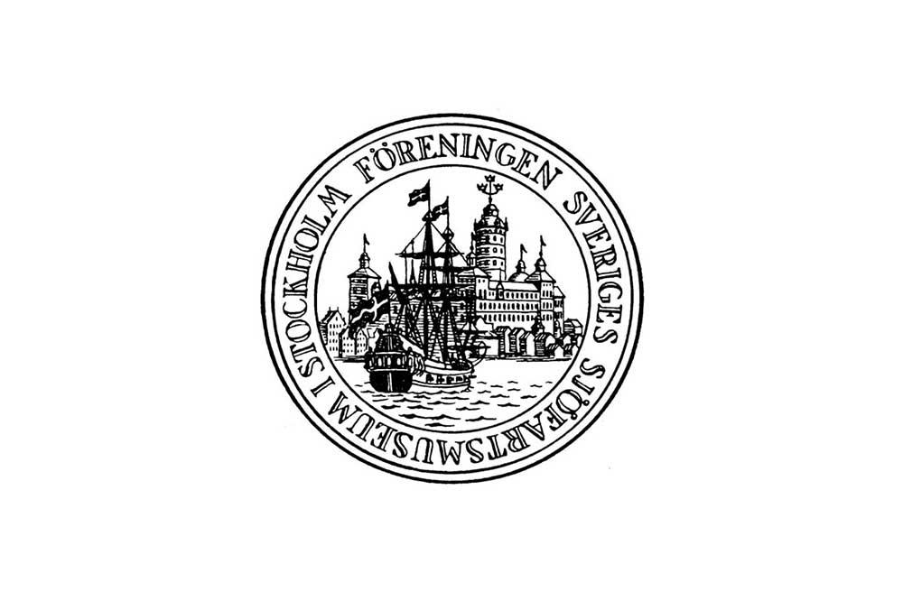 Logotype för Sjöhistoriskas vänförening. En cirkelformad logga med en illustration i svart och vitt av slottet Tre Kronor och ett skepp framför. Runt om står Föreningen Sveriges sjöfartsmuseum i Stockholm.